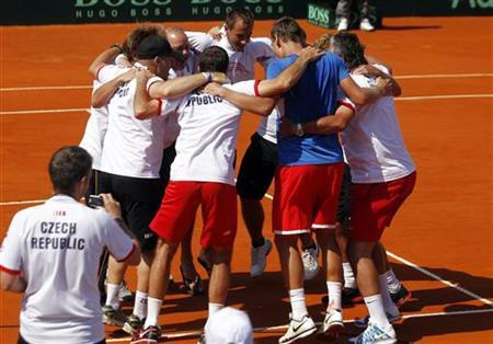 Tomas Berdych (2nd R) of the Czech Republic is embraced by teammates after he defeated Carlos Berlocq of Argentina in their Davis Cup World Group tennis match in Buenos Aires September 16, 2012. REUTERS/Marcos Brindicci