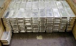 Платиновые слитки на заводе в швейцарском городе Мендризио, 13 ноября 2008 года. Крупнейший в мире производитель платины Anglo American Platinum (Amplats) возобновит работу парализованного забастовкой рудника Rustenburg во вторник, сообщила компания. REUTERS/Arnd Wiegmann