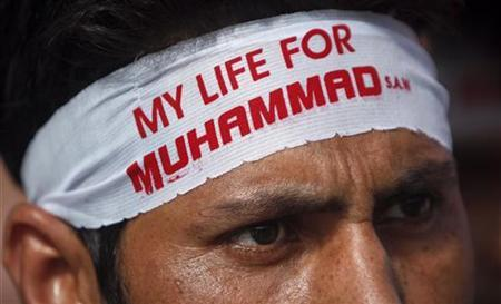 A Shi'ite Muslim wears a headband during a protest march towards the U.S. Consulate during an anti-American protest rally organized by the Imamia Students Organization (ISO) and Majlis-e-Wahdat-e-Muslimeen (MWM) in Karachi September 16, 2012. REUTERS/Akhtar Soomro