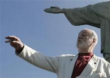 German conductor Kurt Masur gestures in front of the Christ the Redeemer statue in Rio de Janeiro June 1, 2007. REUTERS/Sergio Moraes