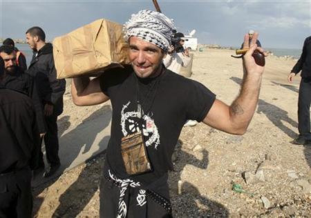 International activist Vittorio Arrigoni holds medical aid at Gaza seaport in this October 29, 2008 file picture. REUTERS/Suhaib Salem/Files