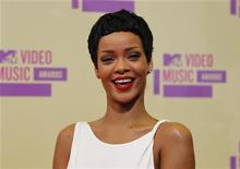 Cantora Rihanna chega ao MTV Video Music Awards 2012, em Los Angeles. Rihanna liderou as indicações para o MTV Europe Music Awards e vai concorrer a seis prêmios. 06/09/2012 REUTERS/Danny Moloshok