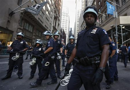 Policemen guard the entrance to Wall Street on the one-year anniversary of the Occupy Wall Street movement in New York September 17, 2012. REUTERS/Adrees Latif