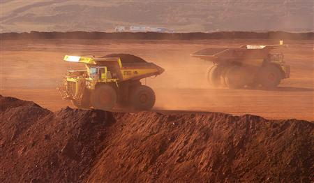Heavy equipment operates at Fortescue Metals Cloudbreak iron ore mine, about 250km (155 miles) southeast of Port Hedland in Western Australia state in this July 25, 2011 file photo. REUTERS/Morag MacKinnon/Files