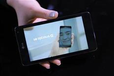 Сотрудник LG Electronics Inc с новым смартфоном Optimus G в Сеуле 18 сентября 2012 года. LG Electronics Inc представила новый смартфон премиум-класса с мощной камерой, которой можно управлять при помощи голоса. REUTERS/Lee Jae-Won