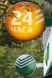 Логотип Сбербанка в Москве, 17 сентября 2012 года. Банки-организаторы SPO Сбербанка ориентируют на размещение акций по 92-94 рубля, сказали Рейтер два источника, близких к размещению. REUTERS/Maxim Shemetov