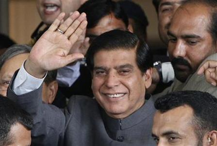 Pakistan's Prime Minister Raja Pervez Ashraf waves to the media after arriving at the Supreme Court in Islamabad September 18, 2012. REUTERS/Mian Khursheed