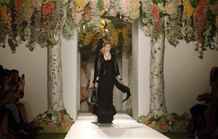 A model presents a creation from the Mulberry Spring/Summer 2013 collection at London Fashion Week September 18, 2012. REUTERS/Suzanne Plunkett
