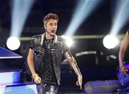 Singer Justin Bieber performs at the 2012 Teen Choice Awards at the Gibson Amphitheatre in Universal City, California July 22, 2012. REUTERS/Mario Anzuoni
