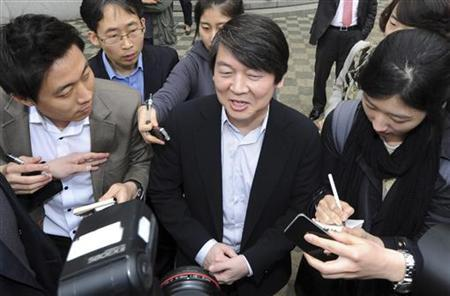 Ahn Cheol-Soo (C), the Seoul National University professor and founder of software company Ahnlab Inc. leaves after casting his ballot at a polling station in Seoul April 11, 2012. REUTERS/Huh Gyong/Pool/Files