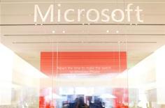 Логотип Microsoft на стекле магазина в Сан-Диего, 18 января 2012 года. Microsoft Corp повысила годовой дивиденд на 15 процентов, замедлив их рост после финансового года, отмеченного спадом на рынке персональных компьютеров и значительным списанием после неудачной попытки поглощения. REUTERS/Mike Blake