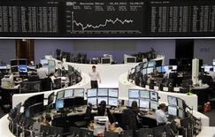 Трейдеры работают в зале Франкфуртской фондовой биржи, 18 сентября 2012 г. Европейские фондовые рынки движутся разнонаправленно после сообщения Банка Японии о смягчении политики. REUTERS/Reuters Staff