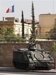 Солдат ливанской армии у официальной резиденции посла Франции в Ливане, 19 сентября 2012 г. Франция временно закроет посольства и школы в 20 странах в пятницу из-за риска новых мусульманских протестов после того, как французский журнал вновь опубликовал карикатуры на пророка Мухаммеда, что мусульмане расценили как еще одно оскорбление их веры Западом. REUTERS/Mohamed Azakir