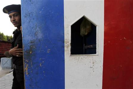 A riot policeman stands guard outside the French embassy in Cairo September 19, 2012. REUTERS/Amr Abdallah Dalsh