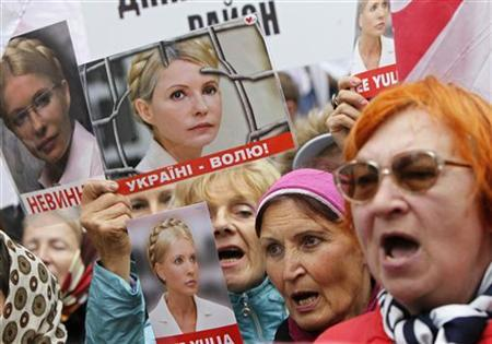 Supporters of Ukraine's jailed former Prime Minister Yulia Tymoshenko shout slogans as they hold up posters of Tymoshenko, during a rally near the high court building in Kiev August 29, 2012. REUTERS/Gleb Garanich