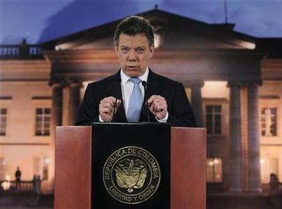 Colombia's President Juan Manuel Santos speaks to the media at the Narino Presidential house in Bogota August, 27, 2012. REUTERS/John Vizcaino
