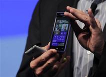 O presidente-executivo da Microsoft, Steve Ballmer, demonstra os novos HTC Windows Phone 8X e HTC Windows Phone 8S (esquerda) num evento em Nova York, nos Estados Unidos. 19/08/2012 REUTERS/Breandan McDermid
