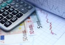 Банкноты евро лежат на графике в Зенице (Босния и Герцеговина), 19 октября 2011 года. Евро упал до недельного минимума к доллару и резко снизился к иене из-за слабых показателей деловой активности в еврозоне. REUTERS/Dado Ruvic