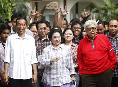 Joko Widodo (L), challenger to the Jakarta governor position and current mayor of Solo city in the Central Java province, walks beside former Indonesian President Megawati Soekarnoputri (C) and People's Consultative Assembly Chairman Taufik Kiemas (R) at Megawati's house in Jakarta September 20, 2012. REUTERS/Supri