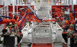 <p>Usine Tesla à Fremont, en Californie. La croissance du secteur manufacturier aux Etats-Unis affiche son trimestre le plus faible depuis trois ans, la demande extérieure de produits américains continuant à diminuer. /Photo prise le 22 juin 2012/REUTERS/Noah Berger</p>