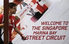 Piloto espanhol Fernando Alonso chega ao local do Grande Prêmio de Cingapura de Fórmula 1. 20/09/2012 REUTERS/Tim Chong