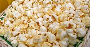 <p>Un Américain a obtenu en justice 7,2 millions de dollars de dommages pour avoir contracté une maladie pulmonaire chronique en inhalant un composant chimique, la diacétyle, présent dans le popcorn au micro-ondes. /Photo d'archives/REUTERS/Bogdan Cristel</p>