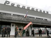 Рабочие снимают праздничный плакат со входа в административное здание компании Распадская в Кемерово, 9 мая 2010 года. Угледобывающая Распадская получила чистый убыток по МСФО в $19 миллионов в первом полугодии 2012 года из-за forex-loss в $31 миллион, сообщила компания в пятницу. REUTERS/Alexander Urakhchin