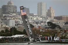 Парусник команды Oracle проплывает около побережья Сан-Франциско, 21 августа 2012 года. Oracle Corp прогнозирует продолжение сокращения продаж оборудования в ближайшее время, делая ставку на рынок программного обеспечения, сообщила компания в четверг. REUTERS/Robert Galbraith
