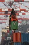 <p>Dans le port industriel de Tokyo. Selon l'Organisation mondiale du commerce (OMC), les échanges commerciaux mondiaux ne progresseront que de 2,5% cette année, en raison principalement du ralentissement constaté en Europe. /Photo prise le 20 septembre 2012/REUTERS/Kim Kyung-Hoon</p>