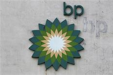 Логотип BP на заводе в китайском Чжухае 11 ноября 2011 года. Британская BP претендует на пакет акций крупнейшей российской нефтяной компании Роснефть и может приобрести его на деньги, которые выручит от другой запланированной сделки - продажи своей доли в российско-британской ТНК-BP, сказал глава Роснефти Игорь Сечин на брифинге. REUTERS/Tyrone Siu