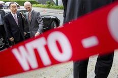 Глава Всемирной торговой организации Паскаль Лами (справа) встречает Генерального секретаря ООН Пан Ги Муна в Женеве, 19 июля 2011 года. Всемирная торговая организация (ВТО) сократила прогноз роста мировой торговли в 2012 году до 2,5 процента из-за ситуации в Европе. REUTERS/Valentin Flauraud