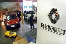 <p>Renault reprend des couleurs (+1,41%) après avoir signé une des plus fortes baisses du CAC 40 la veille, les valeurs cycliques ayant souffert des craintes concernant la croissance. /Photo d'archives/REUTERS/Eriko Sugita</p>