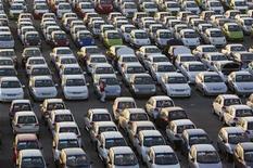 <p>General Motors rappelle 426.240 Chevrolet, Pontiac et Saturn aux Etats-Unis afin de réparer un défaut de transmission susceptible de permettre à ces voitures de continuer à rouler alors que leur conducteur pense être au point mort. /Photo prise le 29 août 2012/REUTERS/Shamil Zhumatov</p>