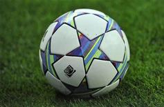 """Футбольный мяч на стадионе """"Эмирейтс"""" в Лондоне, 16 августа 2011 г. Матчи сильнейших европейских чемпионатов пройдут в Европе в выходные. Ниже представлено их расписание. REUTERS/Toby Melville"""