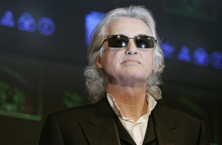 Led Zeppelin guitarist Jimmy Page poses for photographers before a news conference to promote the band's album of live performances entitled ''Mothership'' in Tokyo January 28, 2008. REUTERS/Michael Caronna
