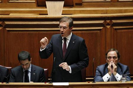 Portugal's Prime Minister Pedro Passos Coelho (C) speaks as he is flanked by Finance Minister Vitor Gaspar (L) and Foreign Affairs Minister Paulo Portas during a debate in parliament in Lisbon September 21, 2012. REUTERS/Hugo Correia