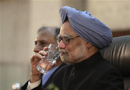 Prime Minister Manmohan Singh drinks after his speech at the University of Dhaka September 7, 2011. REUTERS/Andrew Biraj