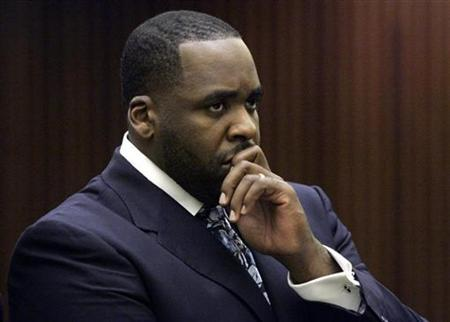 Former Detroit Mayor Kwame Kilpatrick listens to Judge David Groner during his sentencing hearing where he received 120 days in jail in Detroit, Michigan October 28, 2008. REUTERS/Rebecca Cook
