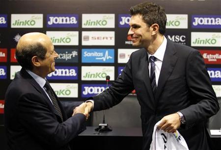 Valencia's new coach Mauricio Pellegrino of Argentina (R) shakes hands with the club's president Manuel Llorente during his oficial presentation in Valencia, June 5, 2012. REUTERS/Heino Kalis