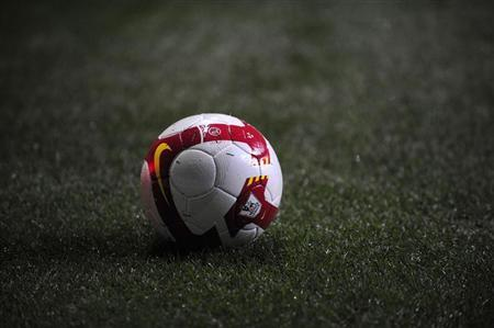 A Premier League football is seen during the English Premier League soccer match between Newcastle United and Manchester United in Newcastle, northern England March 4, 2009. REUTERS/Nigel Roddis (BRITAIN).