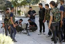 <p>مقاتلون من الجيش السوري الحر في حلب يوم الاربعاء. تصوير. زين كرم - رويترز</p>