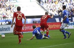Toni Kroos (segundo à direita), do Bayern de Munique, marca um gol contra o Schalke 04 durante a partida da primeira divisão alemã, a Bundesliga, em Gelsenkirchen, na Alemanha. 22/09/2012 REUTERS/Ina Fassbender