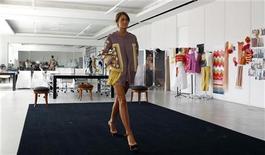 Uma modelo apresenta uma criação do designer de luxo Ermanno Scervino num ateliê próximo a Florença, na Itália. Investidores de países emergentes estão à caça das marcas de luxo na Europa, mais baratas agora que a turbulência econômica pressiona os preços para baixo. 5/09/2012 REUTERS/Giampiero Sposito