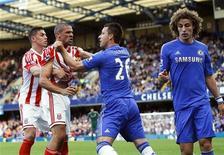 Jonathan Walters, do Stoke City (segundo à esquerda) é segurado por Geogg Cameron e por John Terry (segundo à direita), do Chelsea, após um avanço ruim por David Luiz, do Chelsea, no Stamford Bridge em Londres, no Reino Unido. 22/09/2012 REUTERS/Eddie Keogh