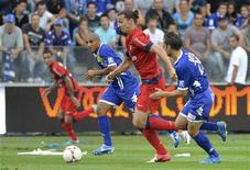 Zlatan Ibrahimovic (centro), do Paris St. Germain, desafia Wahbi Khazri (esquerda) e Jerome Rothen (direita) do Bastia durante uma partida no Stade Armand-Cesari em Furiani, na Itália. 22/09/2012 REUTERS/Pierre Murati