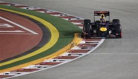 O piloto alemão de Fórmula Um Sebastian Vettel, da Red Bull, dirige seu veículo durante o Grande Prêmio de Cingapura no circuito de Marina Bay. 23/09/2012 REUTERS/Tim Chong