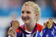 A nadadora britânica Rebecca Adlington posa com sua medalha de bronze nos Jogos Olímpicos de 2012 em Londres, no Reino Unido. Adlington, que conquistou dois ouros em Pequim e duas medalhas de bronze em Londres, descartou participar da Olimpíada do Rio de Janeiro de 2016. 3/07/2012 REUTERS/Michael Dalder