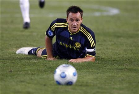 Chelsea's John Terry keeps his eyes on the ball as he falls on the pitch during the second half of their 2009 World Football Challenge soccer match against AC Milan in Baltimore, Maryland, July 24, 2009. REUTERS/Hyungwon Kang