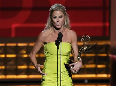 Julie Bowen accepts the award for outstanding supporting actress in a comedy series for ''Modern Family'' at the 64th Primetime Emmy Awards in Los Angeles, September 23, 2012. REUTERS/Lucy Nicholson