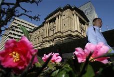 A pedestrian walks past the Bank of Japan (BOJ) headquarters in Tokyo November 25, 2009. REUTERS/Yuriko Nakao